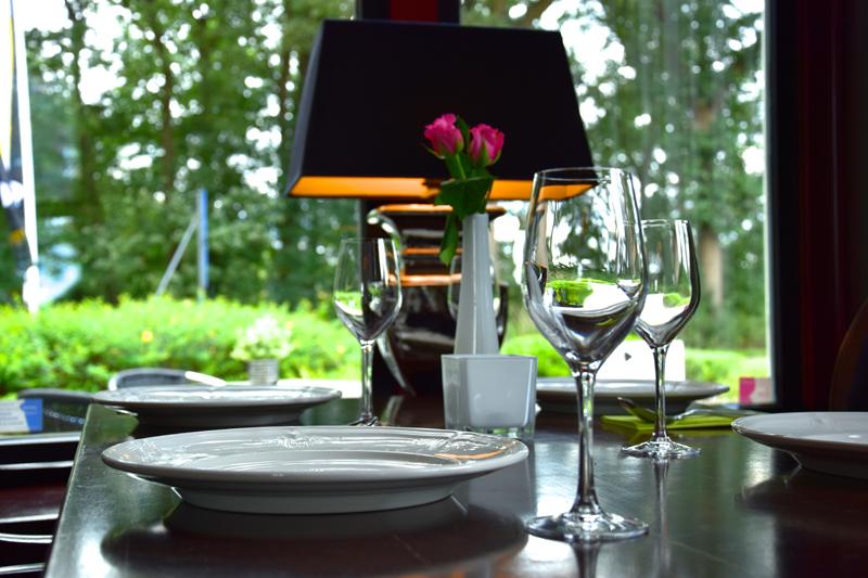 Gedekte tafel met lamp