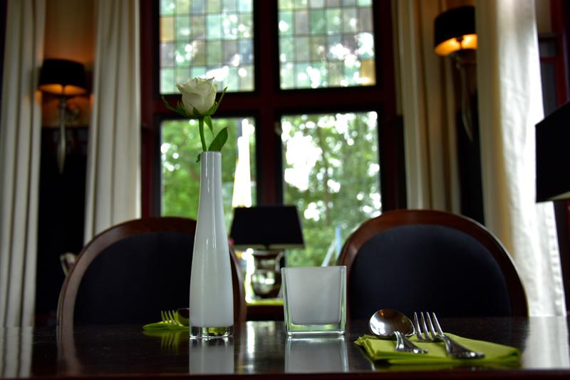 Gedekte tafel met bloem
