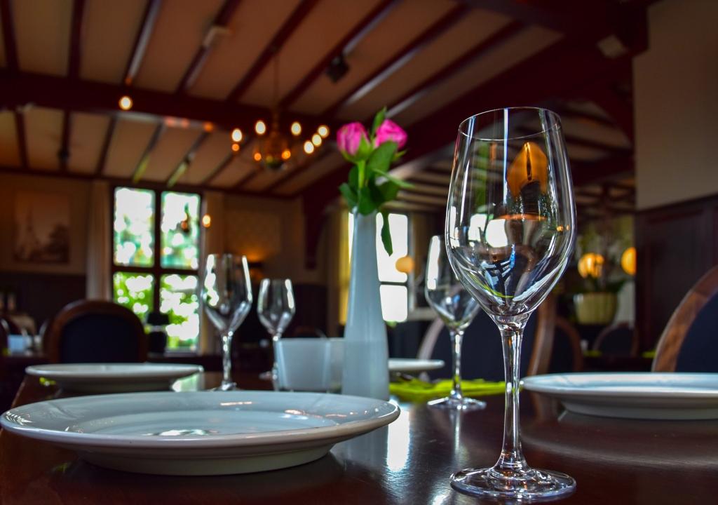Gedakte tafel met glazen